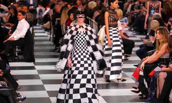(c) REUTERS (CHARLES PLATIAU) Dior. Einer surrealistischen Fantasie folgte in ihrer Kollektion und bei einem Maskenball Maria Grazia Chiuri.