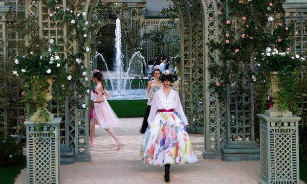 (c) APA/AFP/PATRICK KOVARIK (PATRICK KOVARIK) Chanel. Ungebrochene Schaffensfreude bei Karl Lagerfeld: Ein weiterer Höhepunkt ist seine Sommer-Couture.