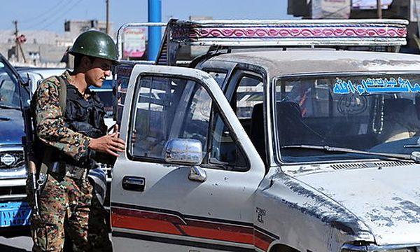 Archivbild: Ein jemenitischer Soldate durchsucht nach der Entführung ein Auto / Bild: EPA