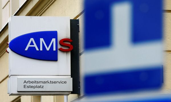 The logo of AMS jobcentre is seen behind traffic signs in Vienna / Bild: (c) REUTERS (HEINZ-PETER BADER)