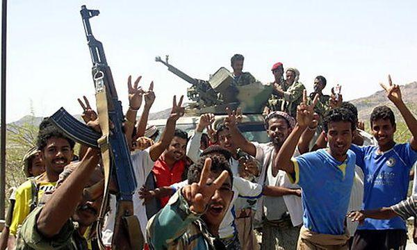 Archivbild: Stammeskämpfer jubeln über einen Sieg über die al-Qaida / Bild: (c) EPA (Stringer)