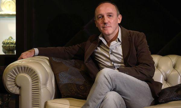 """Karl Markovics spielt in der neuen Sky-Serie """"Babylon Berlin"""" als Wiener Journalist in Berlin eine wichtige Rolle. Aktuell steht er für das historische ORF-Arte-Drama """"Der Geldmacher"""" vor der Kamera. / Bild: Clemens Fabry"""