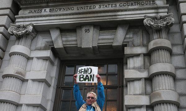 Eine Trump-Gegnerin vor dem Gericht in San Francisco. / Bild: APA/AFP/GETTY IMAGES/Elijah Nouv