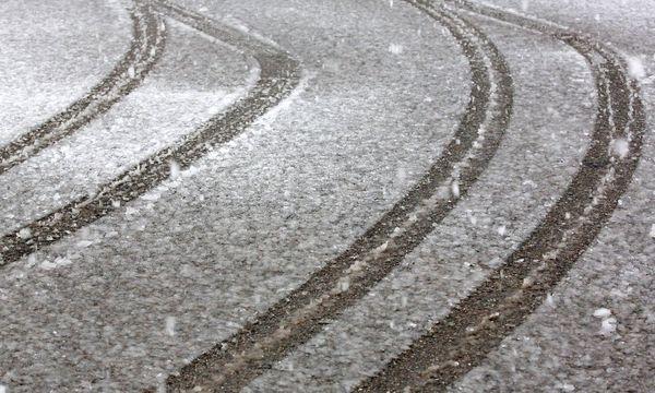 Symbolbild: Schnee auf der Fahrbahn  / Bild: imago/Rene Traut