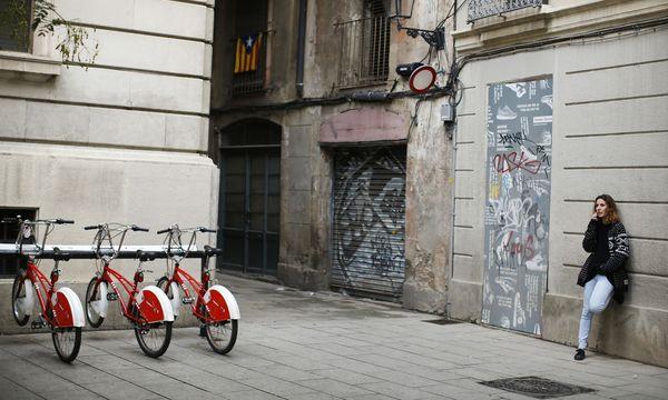 Endlich im Urlaub, etwa hier in der Altstadt von Barcelona, telefonieren, smsen oder surfen wie zu Hause. Seit 15. Juni sind Roaminggebühren Geschichte. / Bild: (c) REUTERS (Paul Hanna)