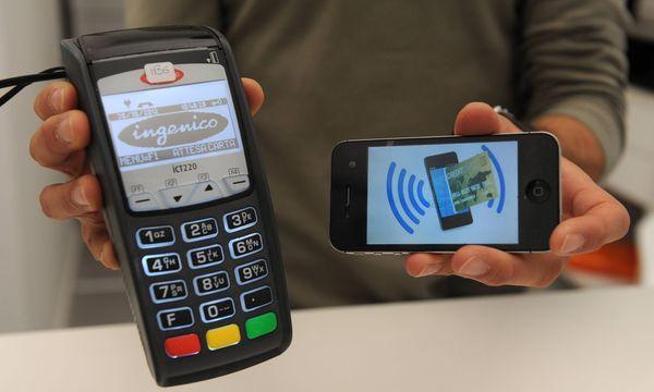 Mit dem Smartphone bezahlen wird immer häufiger angewendet / Bild: (c) imago stock&people (imago stock&people)