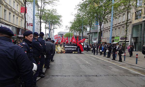 Kurz sah es so aus, als würden die linken Demonstranten (im Bild) auf der Mariahilfer Straße auf die Rechten treffen / Bild: (c) Die Presse (Günter Felbermayer)