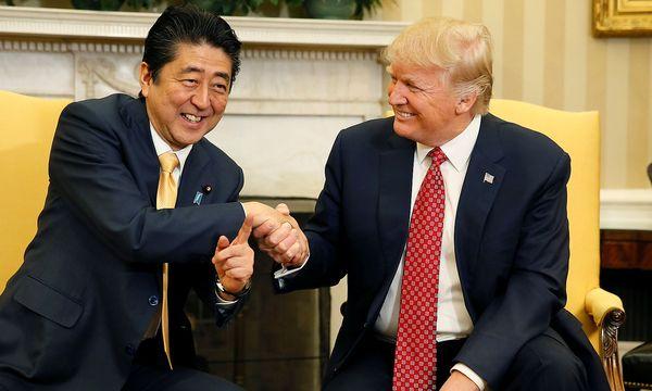 Archivbild von US-Präsident Donald Trump (re.) mit dem japanischen Premierminister Shinzo Abe. / Bild: REUTERS