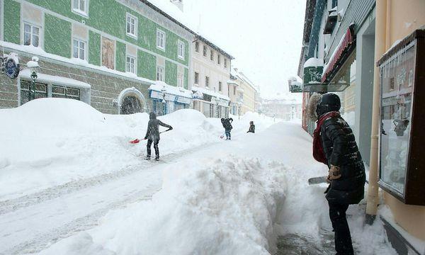 Schneeschaufeln in Mariazell / Bild: APA/FOTO KUSS