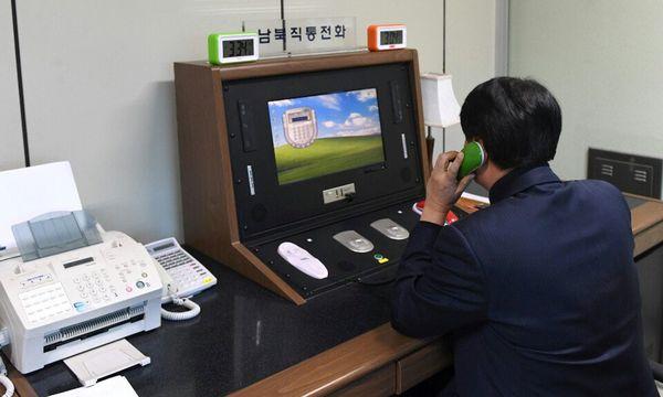 Ein südkoreanischer Regierungsbeamter prüft die Telefonverbindung mit dem Norden. / Bild: (c) REUTERS (STRINGER)