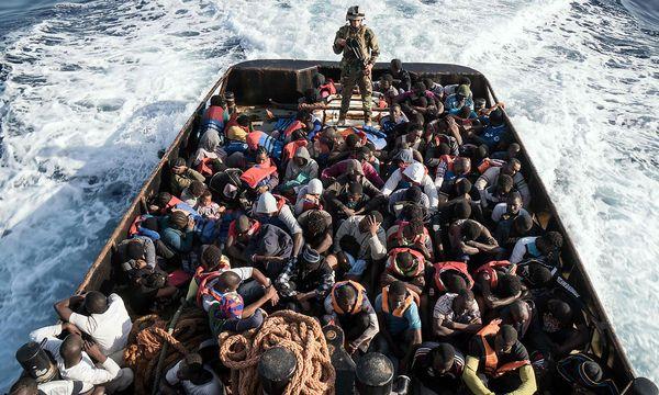 Migranten im Mittelmeer: Die Zahl der Ankünfte ist stark gestiegen. / Bild: APA/AFP/TAHA JAWASHI