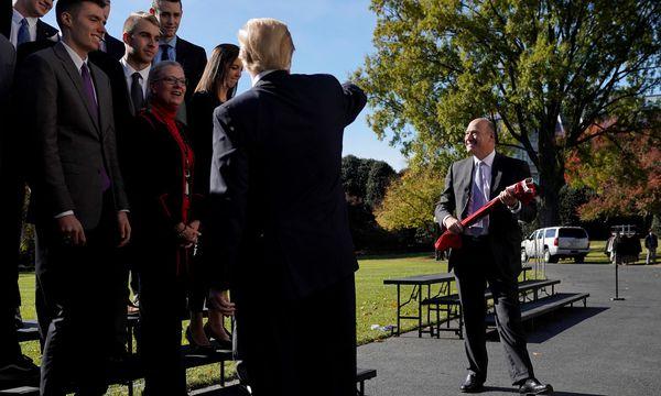 Ein Bild aus glücklicheren Tagen: Wirtschaftsberater Gary Cohn (r.) mit US-Präsident Donald Trump und dem Ohio State Men's Volleyball Team im November in Washington.  / Bild: REUTERS