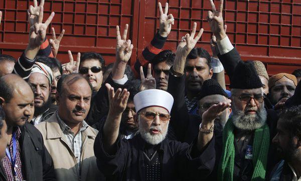 Tahirul Qadri (Mitte) / Bild: (c) REUTERS (MANI RANA)