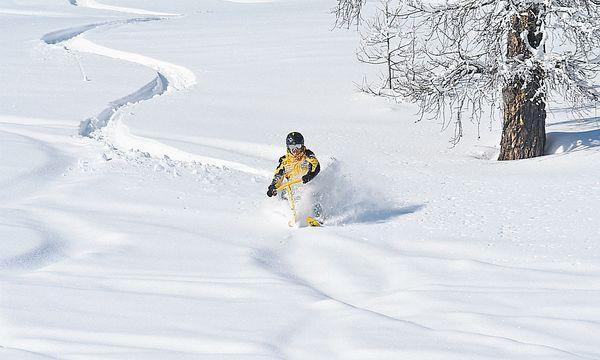 Durch den Powder stoben, gleich wie ein Freerider. Mit dem Unterschied, dass es der Snowbiker schneller lernt. / Bild: (c) Snowbike