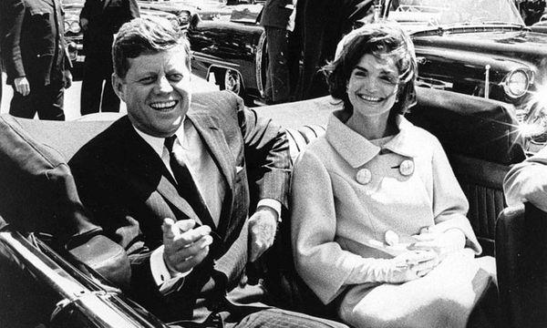 US-Präsident John F. Kennedy mit Ehefrau Jacqueline im offenen Wagen in Washington D.C. / Bild: imago/UPI Photo