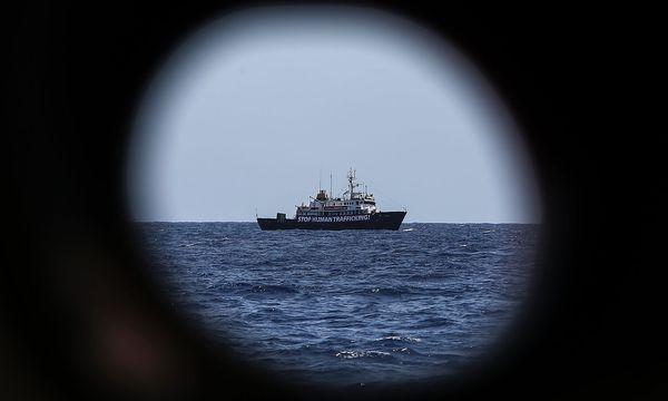 Eine NGO ruft zum Stopp von Menschenhandel auf. / Bild: APA/AFP/ANGELOS TZORTZINIS