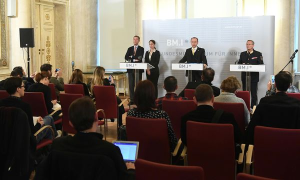 Vor Journalisten: Sektionschef Pilnacek, Anklage-Sprecherin Bussek, Sicherheitsdirektor Kogler, Polizeivize Mahrer (v. li.).  / Bild: (c) APA/HELMUT FOHRINGER