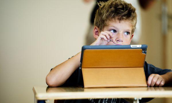 In den Schulen soll nicht nur ein Blick in Bücher, sondern vermehrt auch ein Blick auf das Tablet geworfen werden, wünscht die Bildungsministerin.  / Bild: (c) Utrecht, Robin/Action Press/picturedesk.com