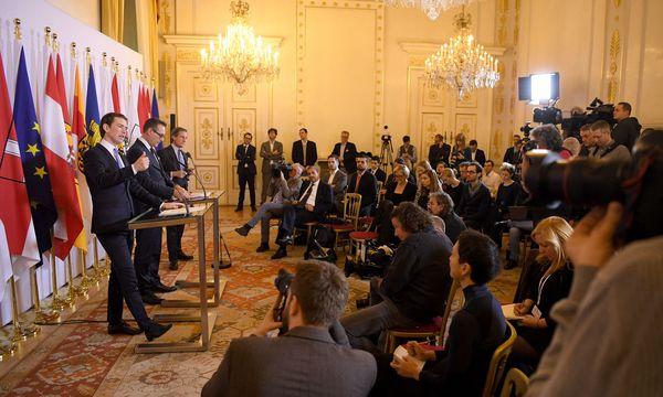 Foyer nach dem Ministerrat: Kanzler und Vizekanzler erklären ihre Pläne zur Arbeitslosenversicherung. / Bild: APA/ROLAND SCHLAGER