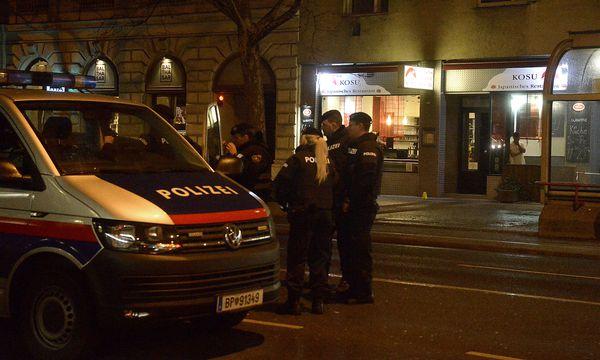 Die Polizei rückte nach der Messer-Attacke aus. / Bild: APA/HERBERT PFARRHOFER
