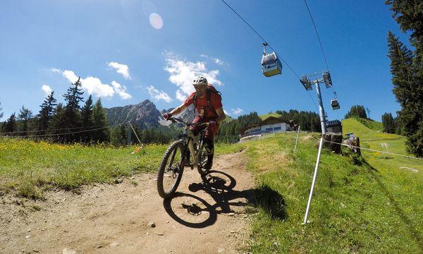 Die Gondel hinauf, den Trail herunter: Fahrlehrer Manfred Stromberg auf der Muttereralm. / Bild: (c) Benedikt Kommenda