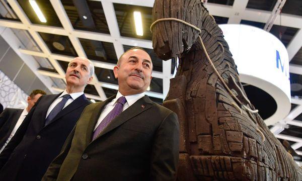 Der türkische Außenminister Mevlüt Cavusoglu (vorne) / Bild: APA/AFP (JOHN MACDOUGALL)