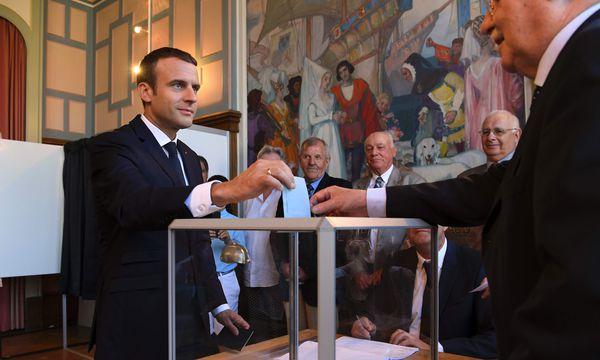 Emmanuel Macron bei der Stimmabgabe. / Bild: (c) APA/AFP/POOL/ (CHRISTOPHE ARCHAMBAULT)