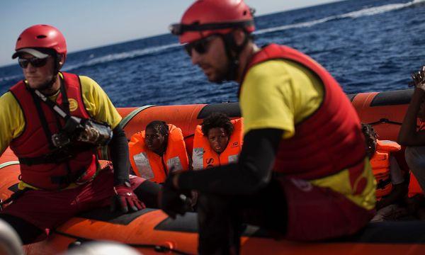 Ein Rettungsboot der NGO Proactiva Open Arms Anfang August am Mittelmeer (Archivbild) / Bild: (c) APA/AFP/ANGELOS TZORTZINIS (ANGELOS TZORTZINIS)