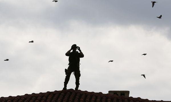 Die Polizei beschlagnahmte Computer und Mobiltelefon des Chefredakteurs. / Bild: REUTERS