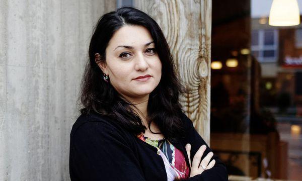 Lamya Kaddor sieht patriarchalische Systeme als Problem.  / Bild: Dominik Asbach / laif / picturedesk.com