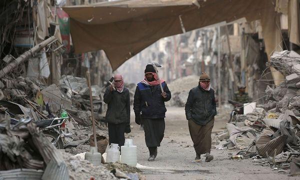 Zivilisten in der einstigen IS-Hochburg Rakka. / Bild: APA/AFP/DELIL SOULEIMAN