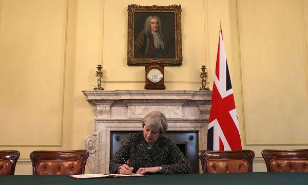Theresa May bei der Unterzeichnung des Brexit-Antrags. / Bild: (c) Reuters