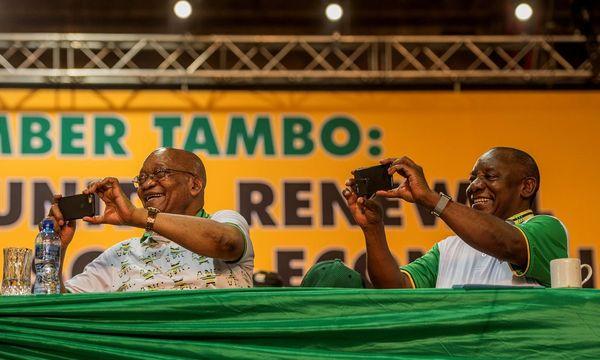 Ein Bild aus harmonischeren Zeiten: Südafrikas Noch-Präsident Zuma (li) und sein Vize Cyril Ramaphosa nach dessen Wahl zum ANC-Präsidenten im Dezember. / Bild: APA/AFP/MUJAHID SAFODIEN