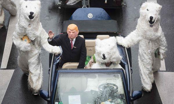Trump und die Eisbären - ein beliebtes Motiv der Klima-Aktivisten beim Gipfel in Bonn. / Bild: APA/AFP/dpa/BERND THISSEN