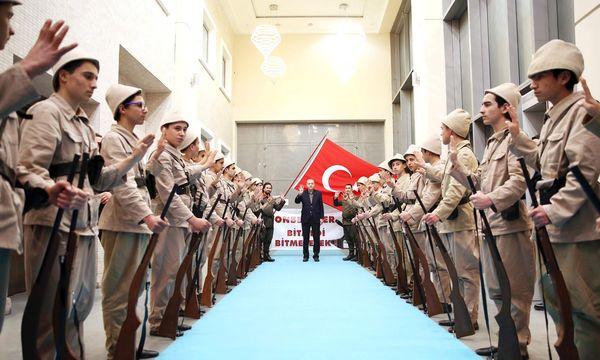 Präsident Erdoğan zeigt vier Finger – das islamische Zeichen seiner Partei, AKP / Bild: (c) APA/AFP/TURKISH PRESIDENTIAL