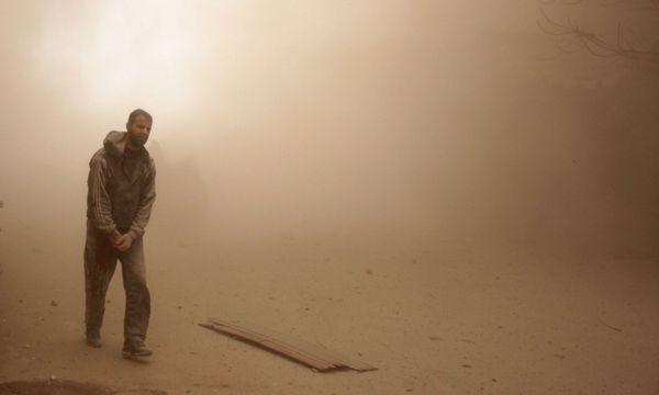 Staubwolke nach einem Angriff. / Bild: (c) APA/AFP/HAMZA AL-AJWEH