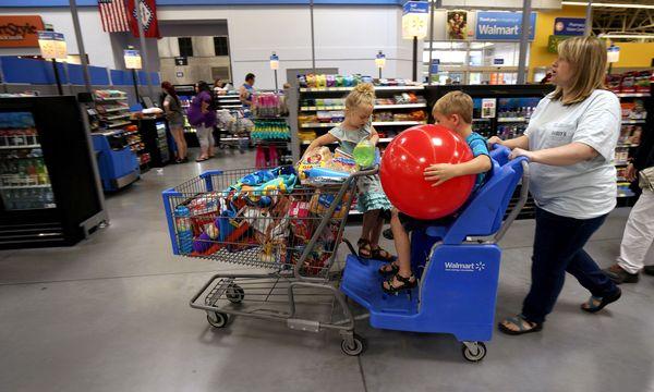 Die Amerikaner kaufen gern bei Walmart ein. Doch liegt die Aktie ein Viertel unter ihrem Allzeithoch. / Bild: (c) REUTERS (Rick Wilking)