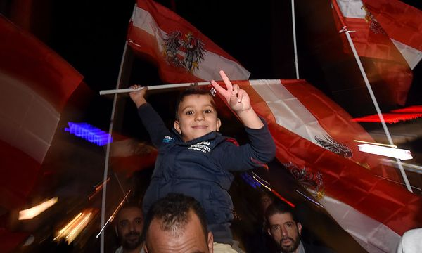 FLUeCHTLINGE: DANKESMARSCH SYRISCHER FLUeCHTLINGE 'REFUGEES SAY DANKE OeSTERREICH' / Bild: APA/HERBERT P. OCZERET