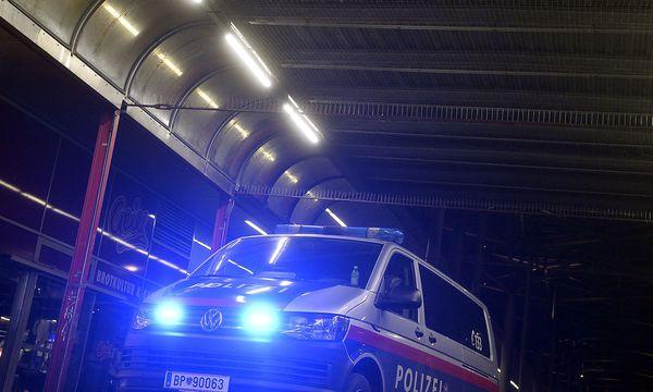 Polizeipräsenz am Mittwochabend rund um den Praterstern / Bild: APA/HERBERT PFARRHOFER