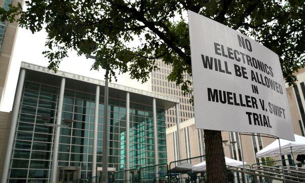 Reuters Das schlechte Wetter hielt die meisten Zaungäste zum Prozessauftakt fern.