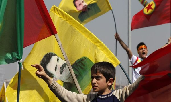 Demonstrators hold Kurdish flags and flags with portraits of jailed Kurdistan Workers Party leader Ocalan during a gathering to celebrate Newroz in the southeastern Turkish city of Diyarbakir / Bild: REUTERS