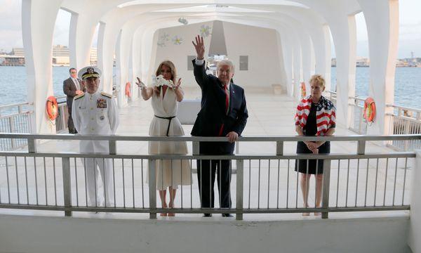 Zwischenstopp auf dem Weg nach Asien: Auf Hawaii ehrten Trump und seine Frau, Melania, die Opfer des japanischen Angriffs auf Pearl Harbor im Zweiten Weltkrieg. / Bild: REUTERS