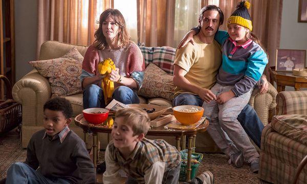 Mandy Moore (links auf den Sofa) und Milo Ventimiglia spielen die jungen Eltern der Drillinge Pearson.  / Bild: (C) Centfox