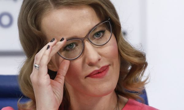 Pariert provokante Fragen – und sucht ihre Zukunft in der Politik: Ksenia Sobtschak (36) bei ihrer Pressekonferenz in Moskau. / Bild: (c) REUTERS (Sergei Karpukhin)