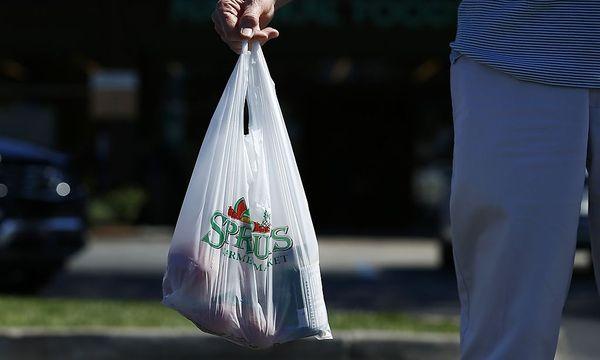 Die Neuregelung betrifft Einwegsackerl, die man kostenlos an der Kassa erhält. / Bild: (c) Reuters (MIKE BLAKE)