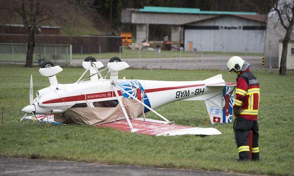 """Auch in der Schweiz tobte """"Burglind"""" und drehte etwa dieses Kleinflugzeug am Flugplatz Buochs um. / Bild: APA/KEYSTONE/URS FLUEELER"""