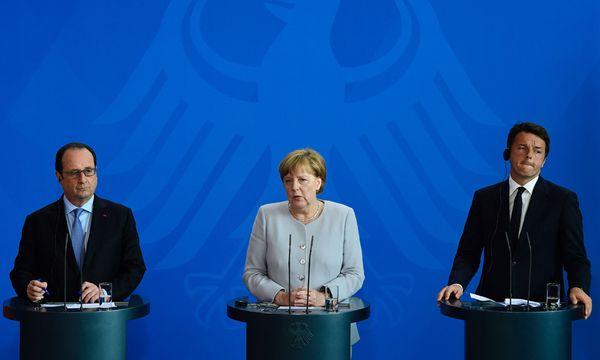Neuauflage des Dreiergipfels: François Hollande, Angela Merkel und Matteo Renzi trafen sich am Montag in Italien. / Bild: (c) APA/AFP/JOHN MACDOUGALL