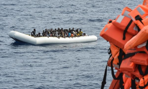 Symbolbild: Boot mit Flüchtlingen  / Bild: APA/AFP/ANDREAS SOLARO