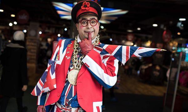 Ein Brexit-Befürworter vor einem Souveniershop. / Bild: APA/AFP/OLI SCARFF