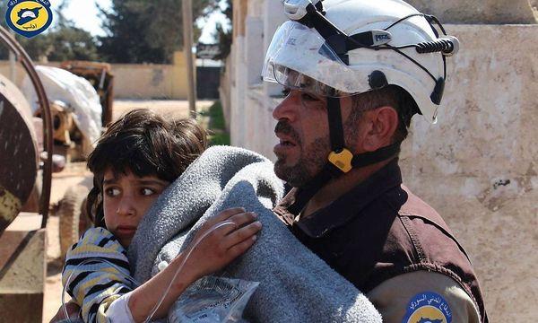 """Ein Foto der sogenannten """"Weißhelme"""", einer zivilen Hilfsorganisation, nach den Attacken in Khan Sheikhoun. / Bild: imago/ZUMA Press"""